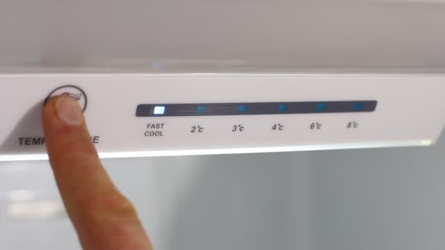 buzdolabı sıcaklık kontrol - ayarlamak stok videoları ve detay görüntü çekimi