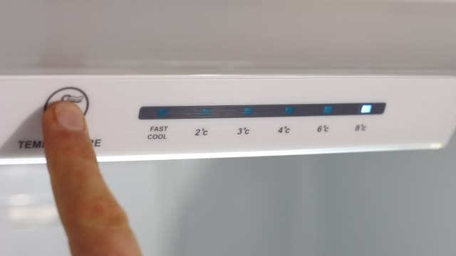 vídeos de stock e filmes b-roll de refrigerator temperature controls - congelador