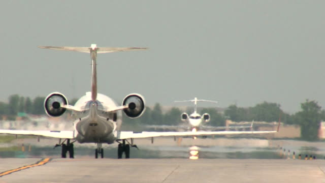 Regional Jets Taxiing Sequence video