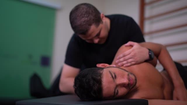 Rehabilitación después de una lesión en el hombro - vídeo