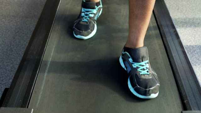 vídeos de stock e filmes b-roll de rehabilitation, senior african-american man walking on treadmill in the gym - aparelho de musculação