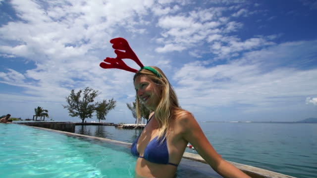 Reno oídos mujer de Navidad en la piscina de la Polinesia - vídeo