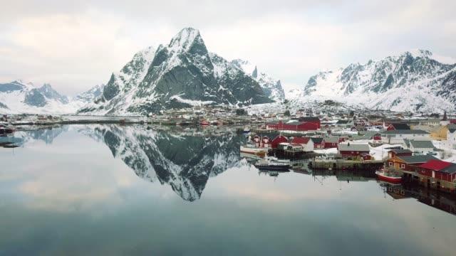vídeos de stock e filmes b-roll de reine - lofoten islands bay in northern norway - lofoten