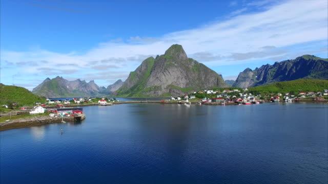 vídeos de stock e filmes b-roll de reine sobre a ilhas lofoten, noruega - reine