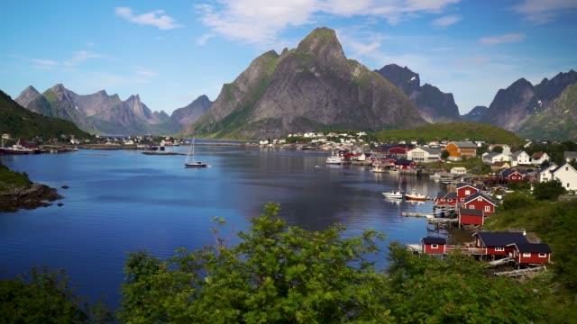 vídeos de stock e filmes b-roll de reine village and mountains of moskenesoya, lofoten islands in norway - reine