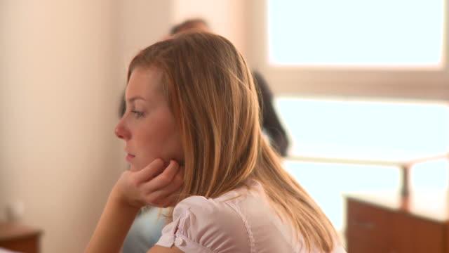 dolly hd: problema di relazione - divorce video stock e b–roll