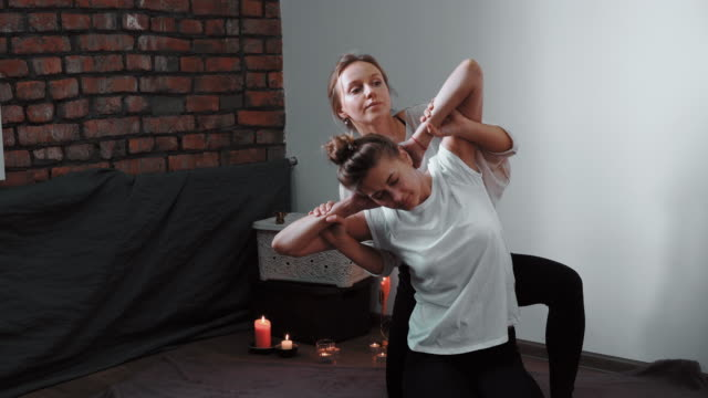 vídeos y material grabado en eventos de stock de relájese y disfrute en el salón de spa, recibiendo masajes tailandeses por masajista profesional. - espalda humana