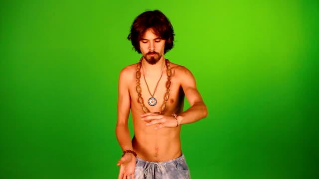 esercizio di rilassamento-tai-chi chuan - hippy video stock e b–roll