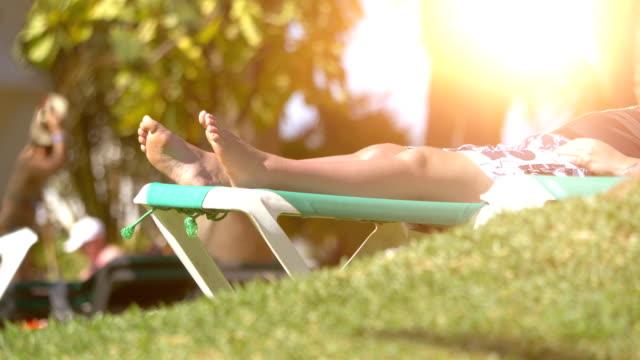 entspannung im tropischen resort in 4 k-slow-motion - sun chair stock-videos und b-roll-filmmaterial