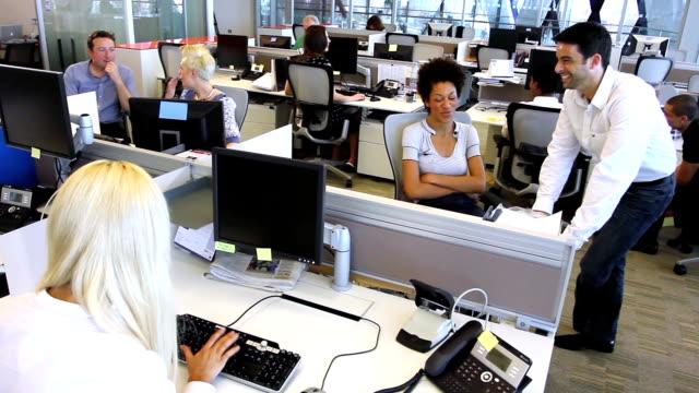 vídeos y material grabado en eventos de stock de tranquilo y feliz trabajando con colegas - centro de llamadas