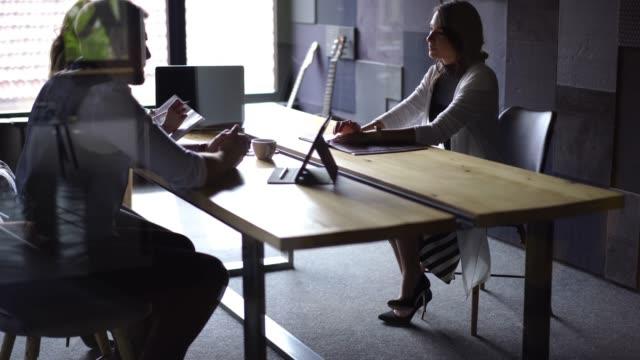 rahat iş görüşmesi - el aleti stok videoları ve detay görüntü çekimi