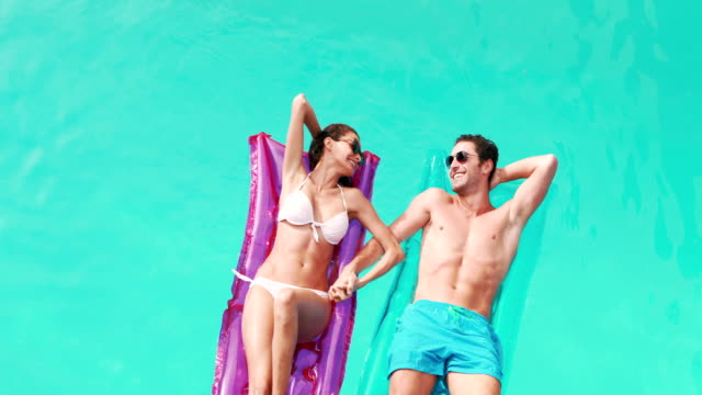 Relaxed couple with sunglasses on lilo video