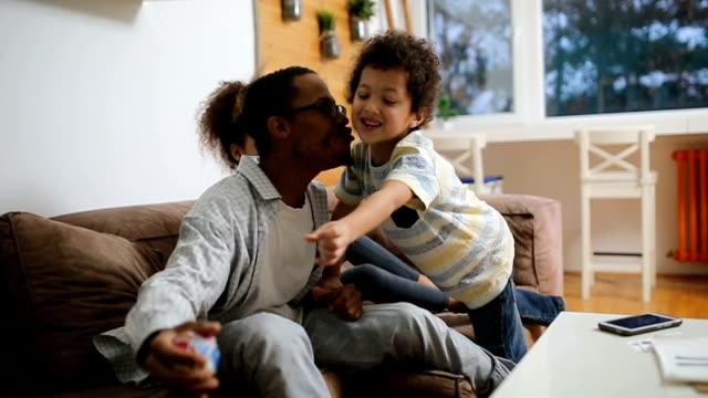vídeos y material grabado en eventos de stock de relajado de los padres - padre que se queda en casa