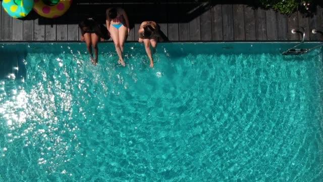 koppla av vid poolen - sitta bildbanksvideor och videomaterial från bakom kulisserna