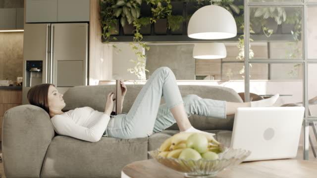 sköna dagar hemma - ligga på mage bildbanksvideor och videomaterial från bakom kulisserna
