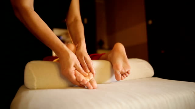 vídeos de stock e filmes b-roll de relaxing foot massage - massajar