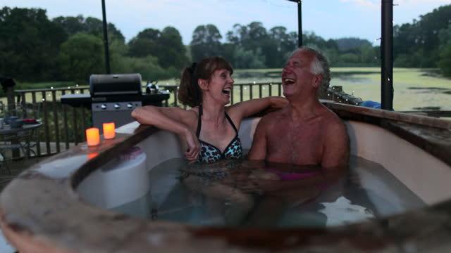 relaks w wannie z hydromasażem - true love angielski zwrot filmów i materiałów b-roll