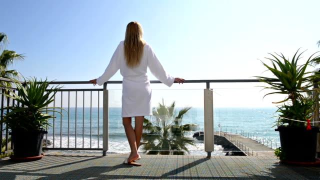 entspannen im hotel-balkon mit malerischem blick aufs meer - sauna und nassmassage stock-videos und b-roll-filmmaterial