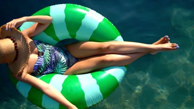 vídeos de stock, filmes e b-roll de relaxante na piscina - inflável
