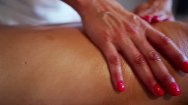 vídeos y material grabado en eventos de stock de masaje relajante - espalda humana