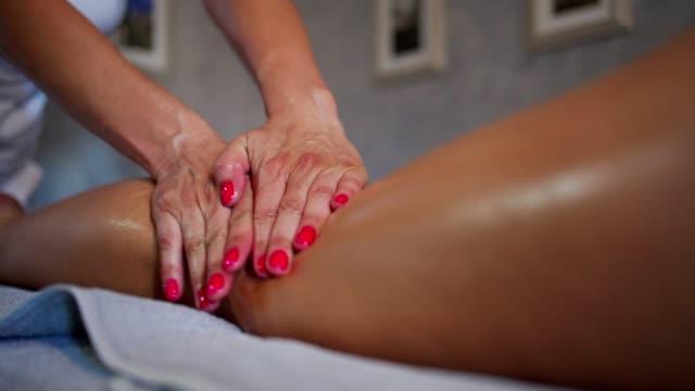relaxing massage - staw człowieka filmów i materiałów b-roll