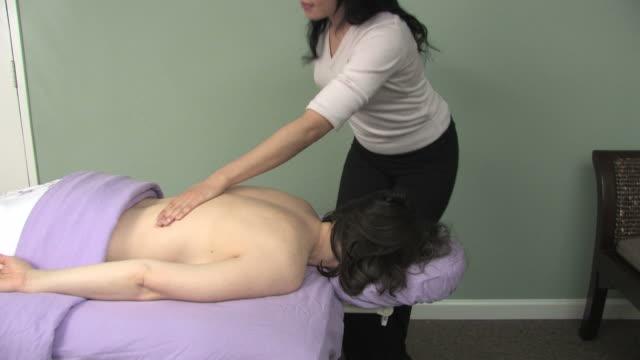 massaggio rilassante - dorso umano video stock e b–roll
