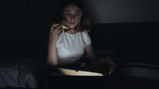 entspannende momente spät in der nacht. - schnellkost stock-videos und b-roll-filmmaterial