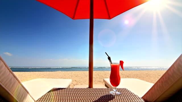 отдых на пляже  - алкоголь напиток стоковые видео и кадры b-roll