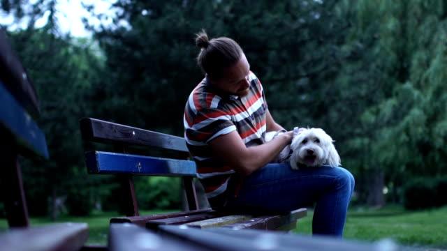 stockvideo's en b-roll-footage met ontspannen op de bank met een vriend - alleen één mid volwassen man