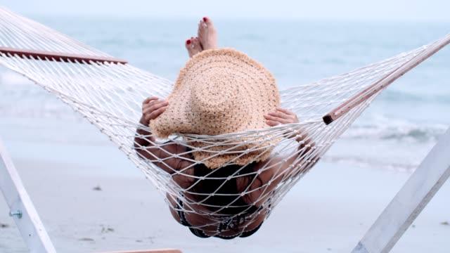 avkopplande tid på stranden - ligga på mage bildbanksvideor och videomaterial från bakom kulisserna