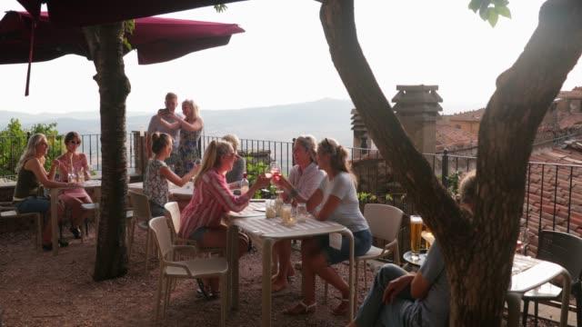 avkopplande med vacker utsikt - vin sommar fest bildbanksvideor och videomaterial från bakom kulisserna
