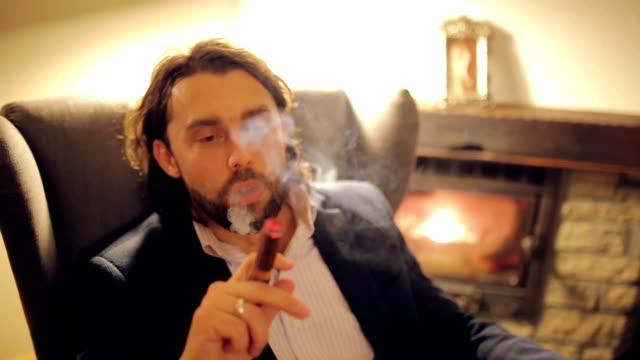 bir puro ile rahatlatıcı - puro stok videoları ve detay görüntü çekimi