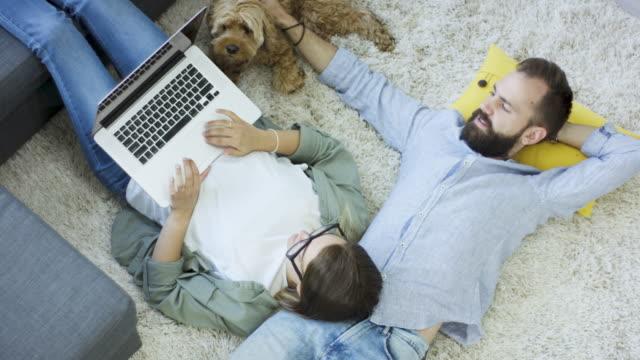 Détente avec ordinateur portable et le chien - Vidéo