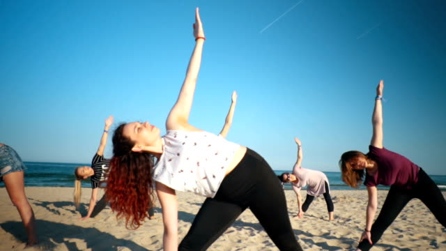 entspannung mit yoga am strand - gelassene person stock-videos und b-roll-filmmaterial