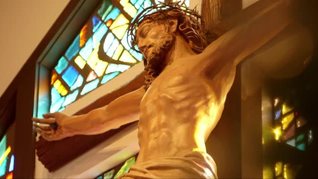 vídeos de stock e filmes b-roll de cruz religiosa e jesus - cristo redentor