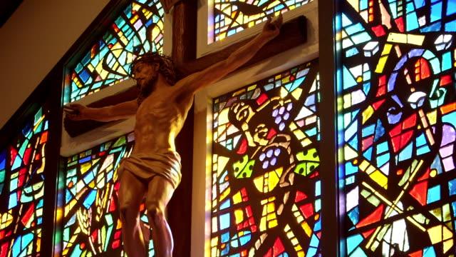 religiöse kreuz oder jesus-kirche - kreuz religiöser gegenstand stock-videos und b-roll-filmmaterial