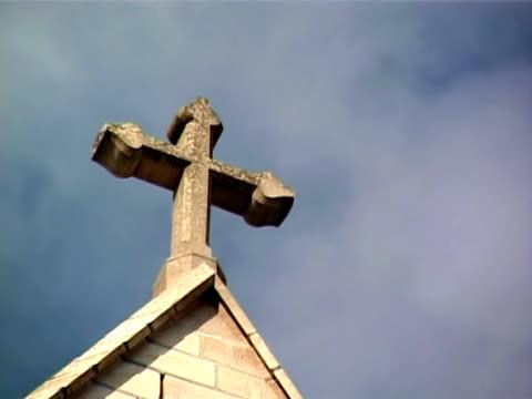 religiöse kreuz mit endlos wiederholbar himmel hintergrund - religiöses symbol stock-videos und b-roll-filmmaterial