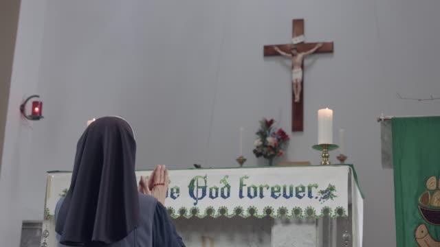 종교적 언 니 묵과 제단 앞에 무릎을 꿇 고. - 찰리스 스톡 비디오 및 b-롤 화면