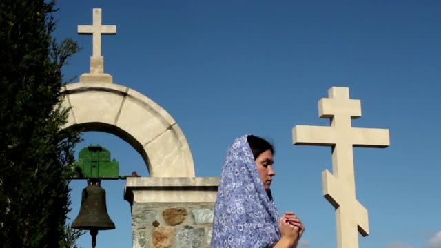 vídeos y material grabado en eventos de stock de mujer religiosas medida a dios. monasterio de piedra, cruzado, soledad; espiritualidad - hermana