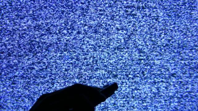 telecomando e schermo - telecomando background video stock e b–roll