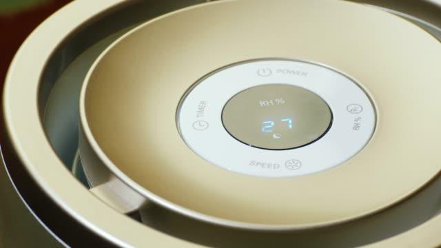 加湿器のリモコン。家の中の微 - 加湿器点の映像素材/bロール