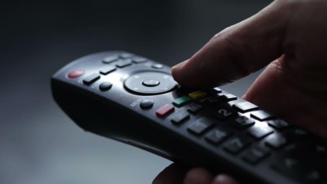 vídeos de stock e filmes b-roll de tv remoto controlador li a - controlo