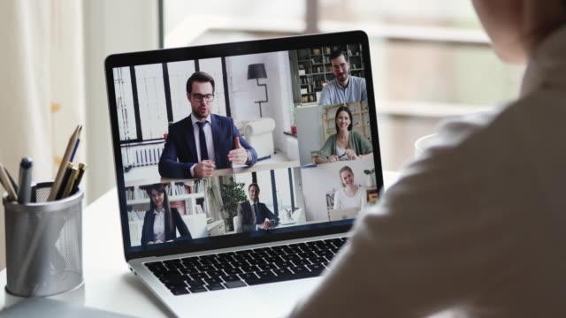 stockvideo's en b-roll-footage met externe werknemer conferencing baas en collega's in online virtuele chat - corona scherm