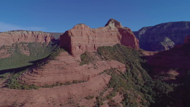 Remote scenic aerial view on the mountains in Slide Rock State Park in Sedona, Arizona, from the scenic route 89A. Drone video with the panoramic-orbit camera motion. - vídeo