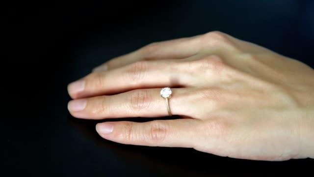 薬指から婚約結婚指輪を削除します。離婚、結婚問題の概念。 - 指輪点の映像素材/bロール