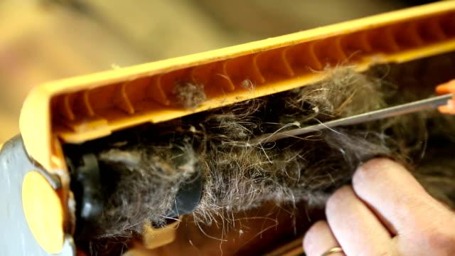 vídeos de stock e filmes b-roll de removing hair from vaccum cleaner - puxar cabelos
