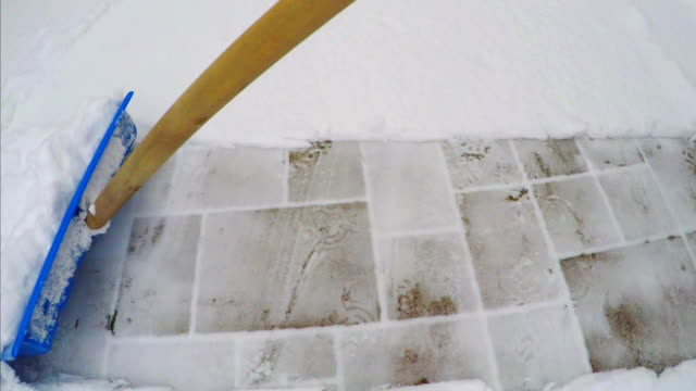 removing snow from the sidewalk - marciapiede video stock e b–roll
