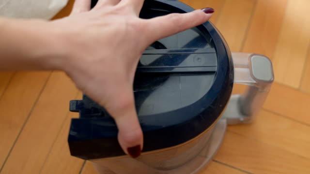 掃除機からゴミ箱を削除します。 - 指点の映像素材/bロール