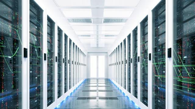 データセンターのラックサーバーを介してフライの3dレンダリング。 - スーパーコンピューター点の映像素材/bロール