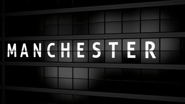 3d rendered animation. analog flight information display board with the arrival city of manchester, england - manchester inghilterra video stock e b–roll
